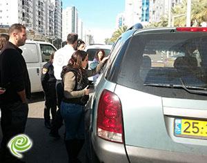 ילד נעול ברכב בשד׳ מנחם בגין