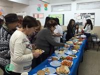 עשרות קשישים אכלו ארוחת בוקר שהכינו התלמידים