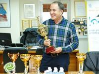 שלל גביעים בלשכת ראש העיר