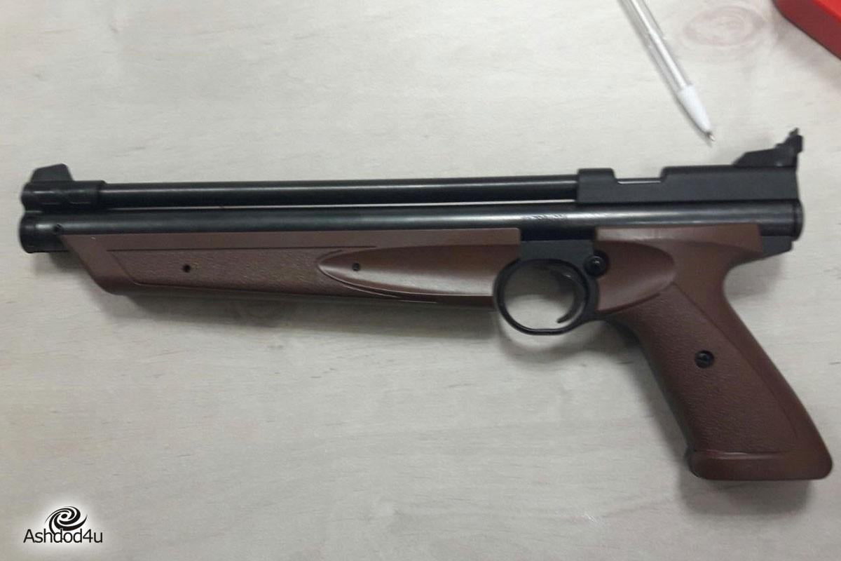 קטין, 13, עוכב בחשד למעורבות בירי לעבר מורה בבי״ס באמצעות רובה אוויר