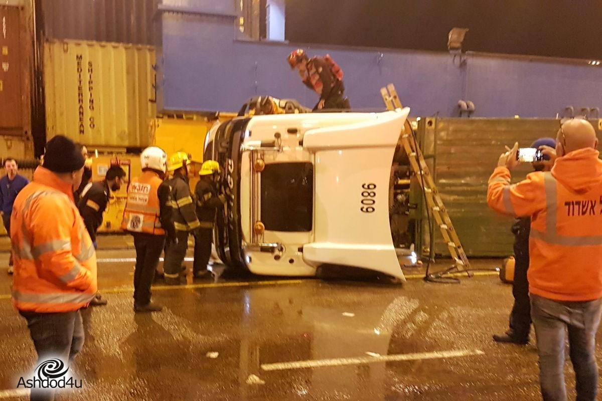 משאית התהפכה בנמל אשדוד – הנהג נפצע באורח בינוני