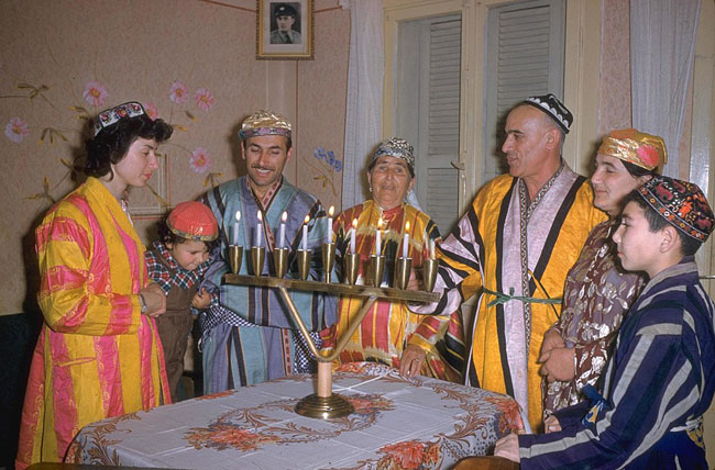 1024px-Flickr_-_Government_Press_Office_(GPO)_-_FOUR_GENERATIONS_OF_THE_KALANTAROV_FAMILY_LIGHT_THE_HANNUKAH_CANDLES