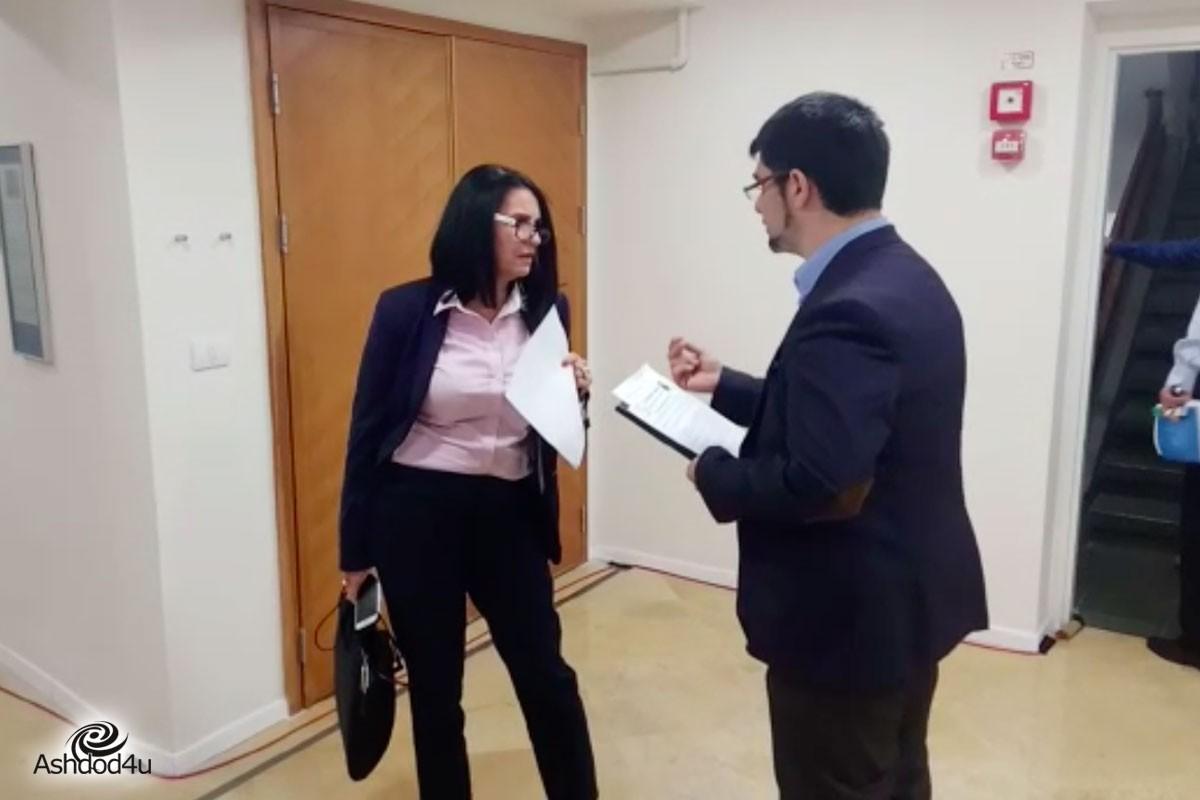 עו״ד אלי נכט מציג למועצה את הסכם הפשרה לחוק המרכולים