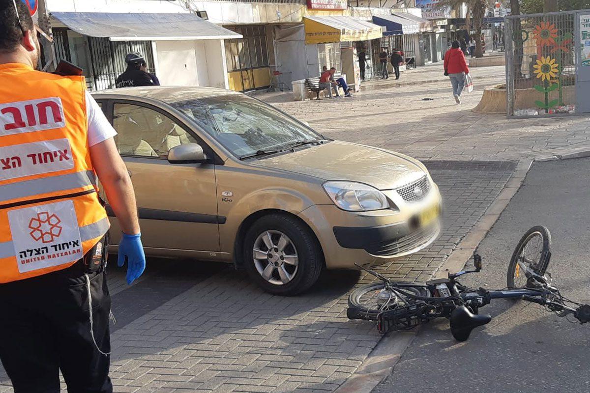 רוכב אופניים חשמליים (57) נפגע מרכב פרטי