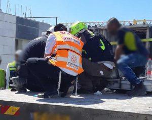 פועל נפגע ממסגרת ברזל תוך כדי פריקת משאית ונפצע בינוני