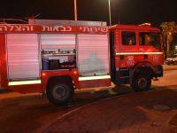 צוותי כיבוי פועלים בשריפה ברח׳ הקידמה.