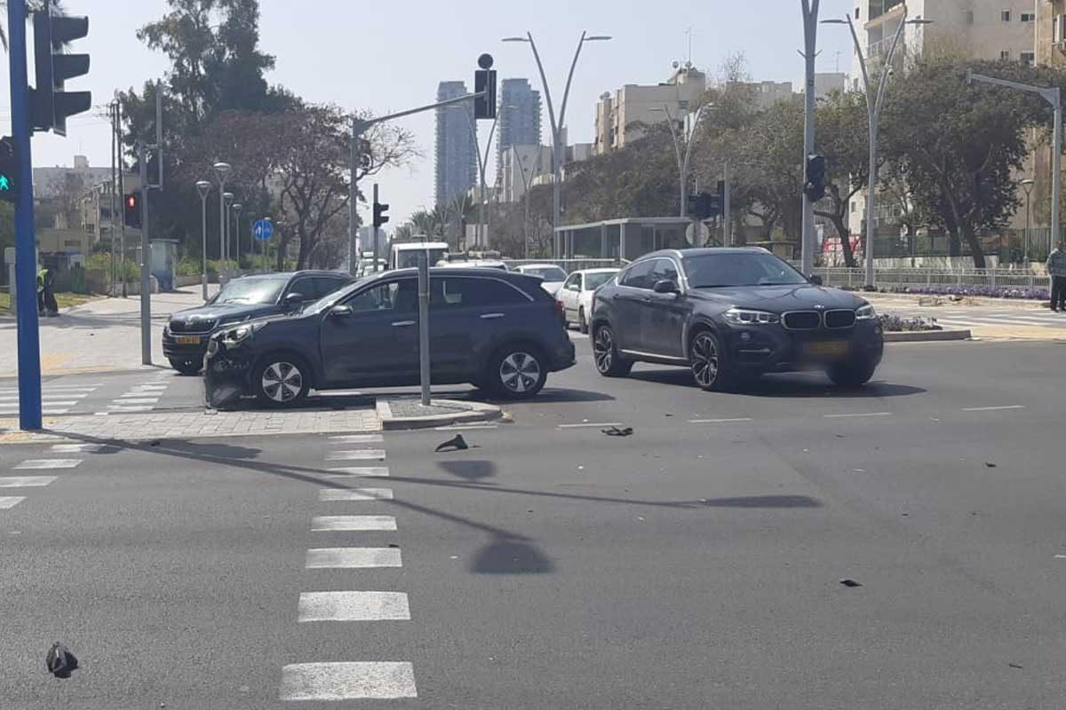 שני נפגעים במצב קל בתאונה בין 2 כלי רכב פרטיים