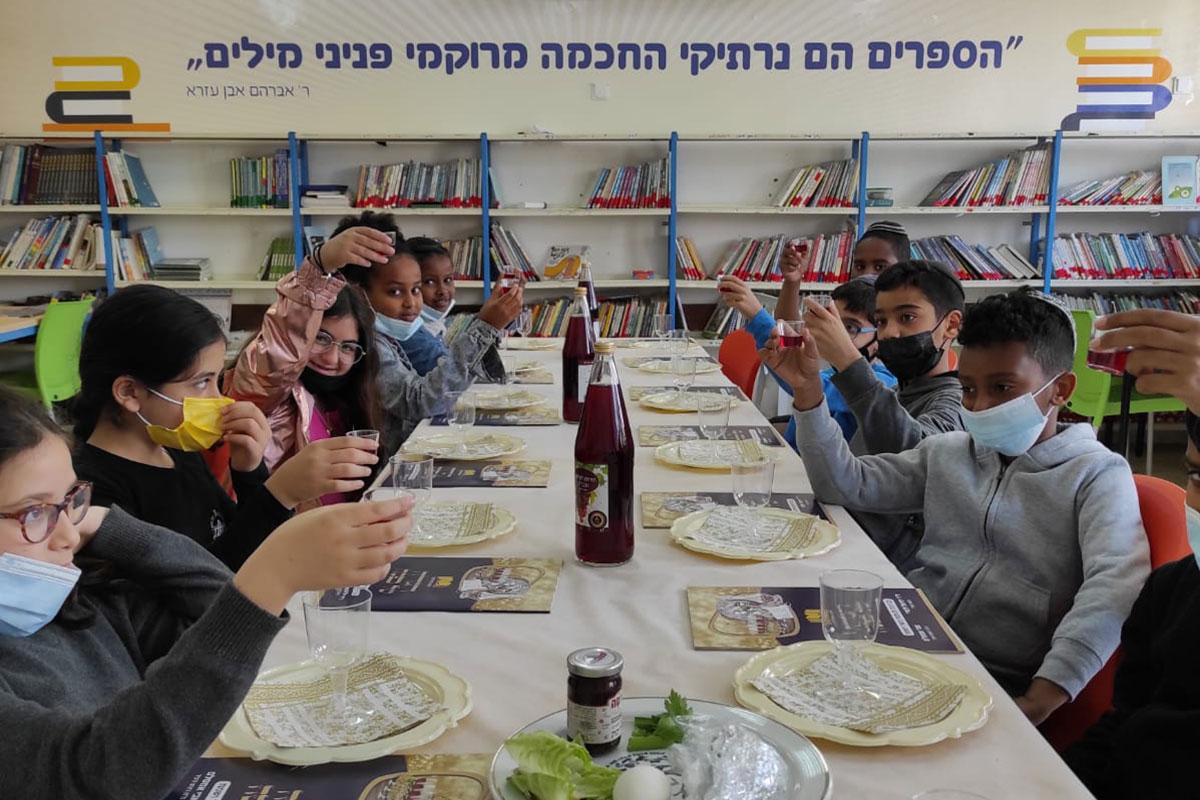 כל תלמידי היסודי באשדוד חגגו סדר פסח יחדיו