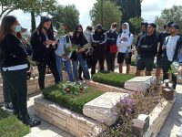 בני נוער פוקדים את החלקה הצבאית באשדוד