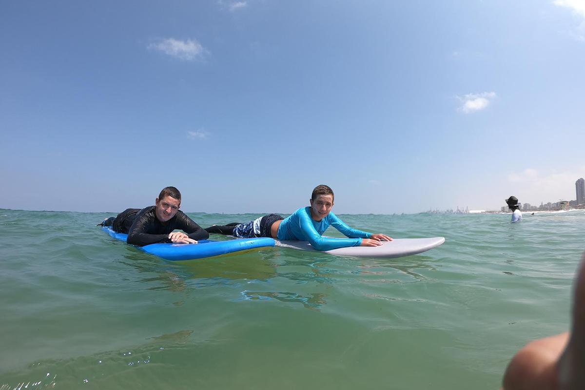 ללמוד לגלוש על הגלים בחופי אשדוד.